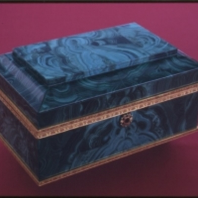 Malachite_box_with_hinged_lid_-_NARA_-_192419.tif_300_200_s_c1.jpg
